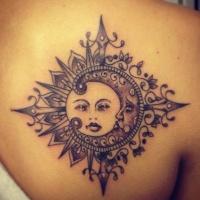 meraviglioso sole con luna tatuaggio sulla schiena