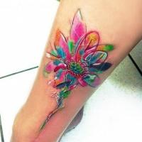 eccezionale acquerello colorato piccolo fiore  tatuaggio su gamba