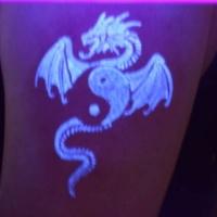 yin yang e drago e stile di  luce nera tatuaggio