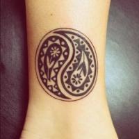 Tatuaggio piccolo sul polso il disegno nero in stile Yin-Yang