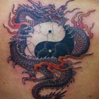 Tatuaggio grande il dragone in stile Yin-Yang