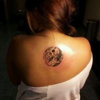 Tatuaggio sulla schiena il disegno nero in stile Yin-Yang