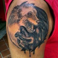 Tatuaggio sul deltoide due lupi in stile Yin-Yang