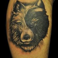 Tatuaggio sulla gamba la testa del lupo in stile yin yang