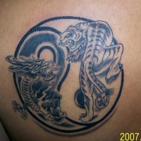 Tatuaggio colorato il dragone e la tigre in stile Yin-Yang