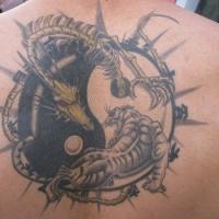 Tatuaggio grande sulla schiena il disegno nero in stile Yin-Yang