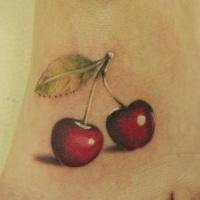 Tatuaje en el pie, dos cerezas apetitosas