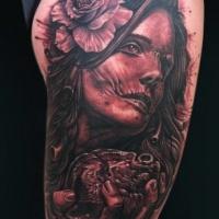 zombie molto dettagliato zingara donna con fiore e cuore tatuaggio su spalla