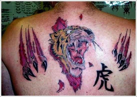 tigre pelle strappata da sotto pelle tatuaggio sulla schiena