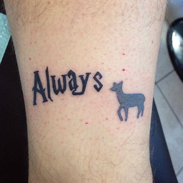 Winziges Schwarzes Wort Always Tattoo Mit Schwarzem Hirsch