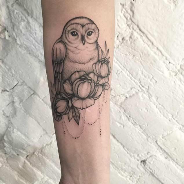 Tatuaje de  búho bonito con flores en el antebrazo