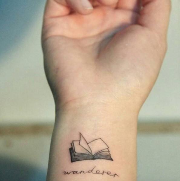 Tatuaje en la muñeca, libro abierto diminuto gris