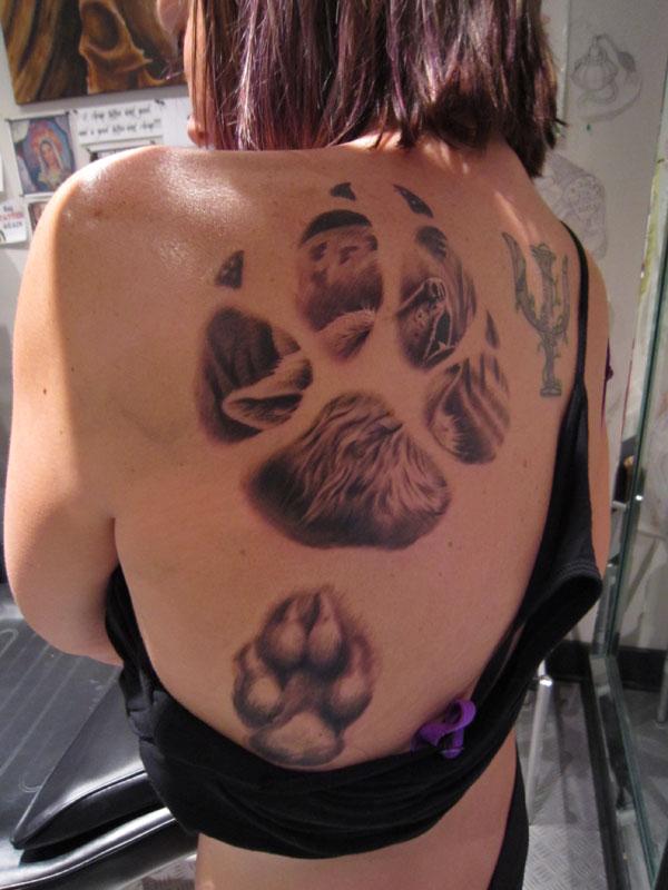 Tatuaggio grande sulla schiena le tracce del lupo