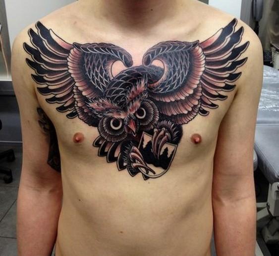 Tatuaggio grande sul petto gufo che vola