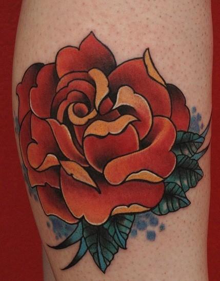 tradizionale colorato grande dipinto rosa rossa tatuaggio su gamba