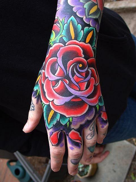Tatuaggio classico sulla mano la rosa colorata