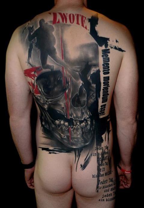 Tatuaggio della azione terribile sulla schiena il teschio nero