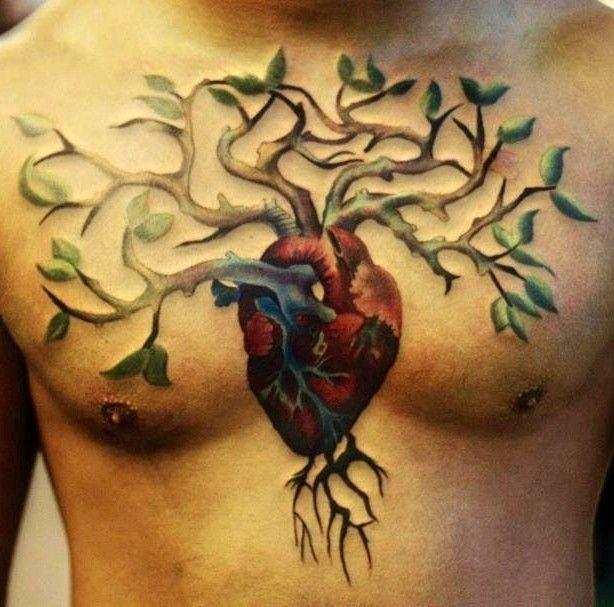 Tatuaggio grande sul petto l&quotalbero con le radice nel cuore umano