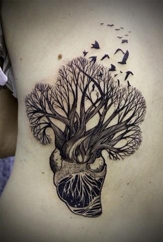 albero coltivato dal cuore tatuaggio su costolette