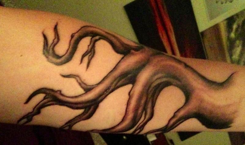 Tatuaggio sul braccio la radice marrone