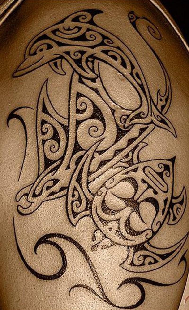 stile tribale grande nero e bianco oceano animali tatuaggio su spalla