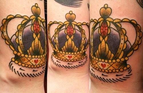 triplo immagine corona dorata tatuaggio