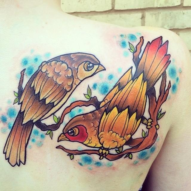 Tatuaggio carino sulla spalla due uccelli colorati