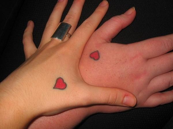 due semplici cuoricini sulle mani tatuaggio