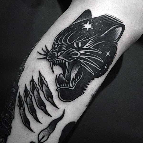Typisches schwarzweißes Arm Tattoo mit schwarzem Panther