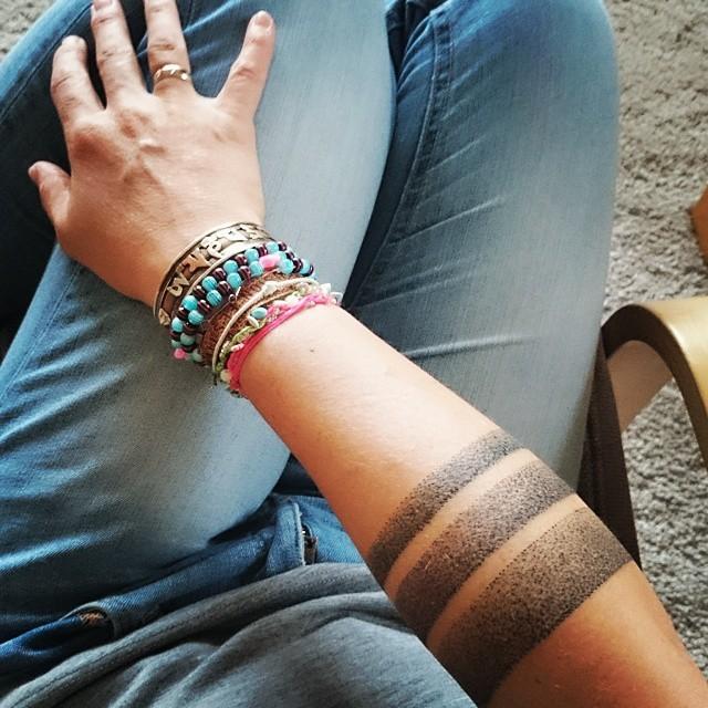 Tipico tatuaggio con le linee di un inchiostro nero stile dotwork