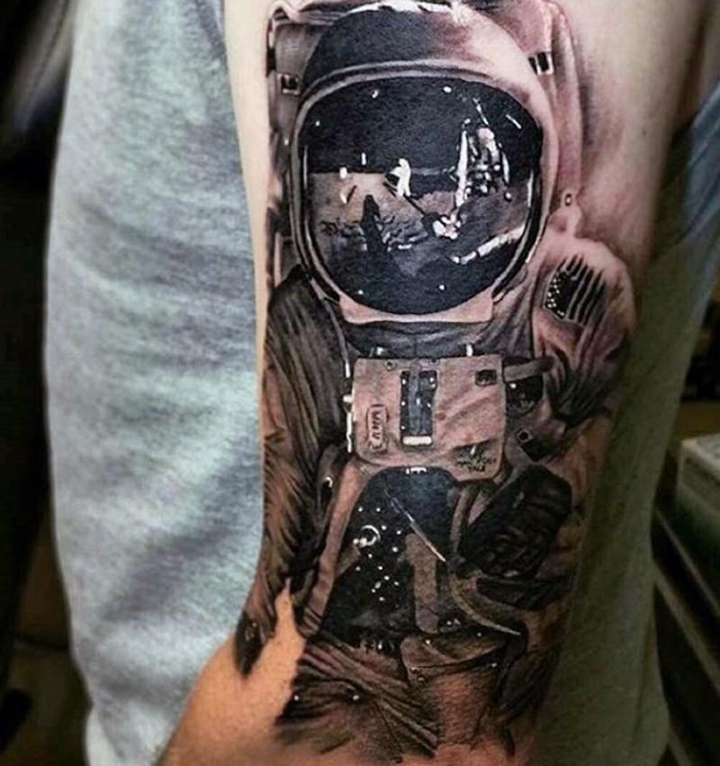 Tatuaje en el brazo, astronauta grande detallado