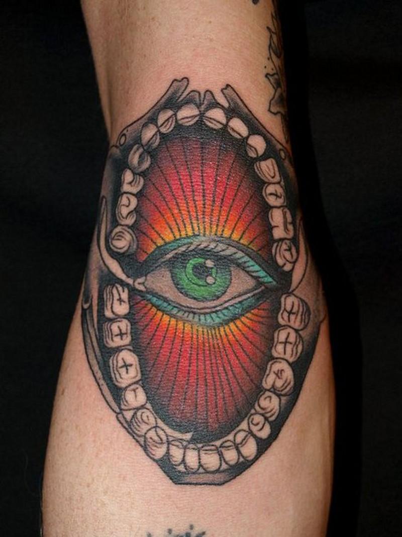 eccezionale disegno colorato grande occhio in mascella tatuaggio su braccio