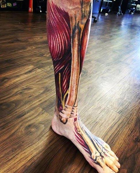 Unglaubliches buntes Fuß und Bein Tattoo mit realistischen Knochen ...