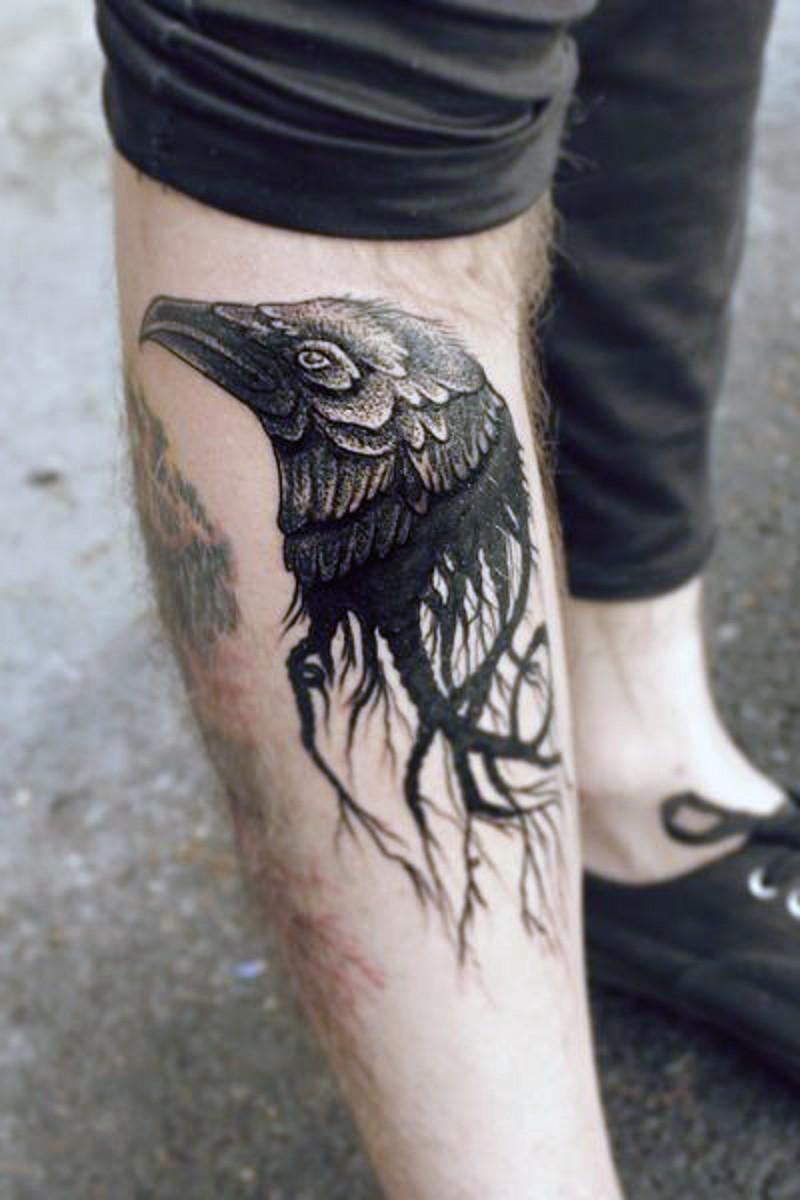 Tatuaje en la pierna, cabeza de cuervo negro insólito