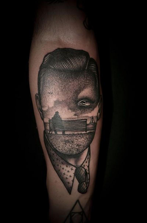 insolito stile dipinto nero e bianco ritratto senza volto tatuaggio su braccio