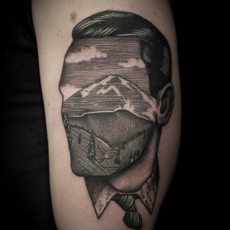 unico stile dipinto inchiostro nero ritratto senza volto faccia di uomo  montagna tatuaggio su braccio