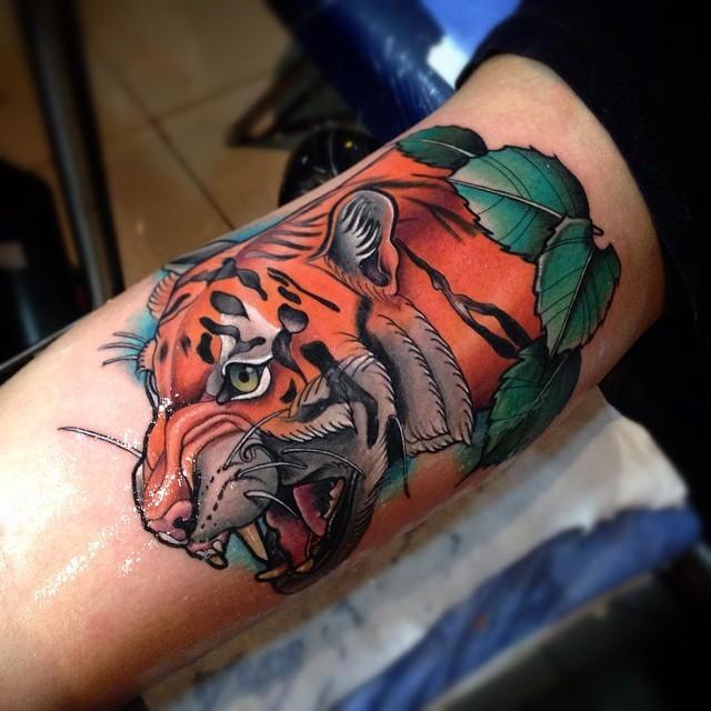 Tatuaggio del braccio colorato di nuova scuola stile della grande testa di tigre