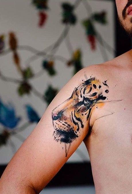 Tatuaggio a spalla colorato in stile scuola nuovo della testa di tigre