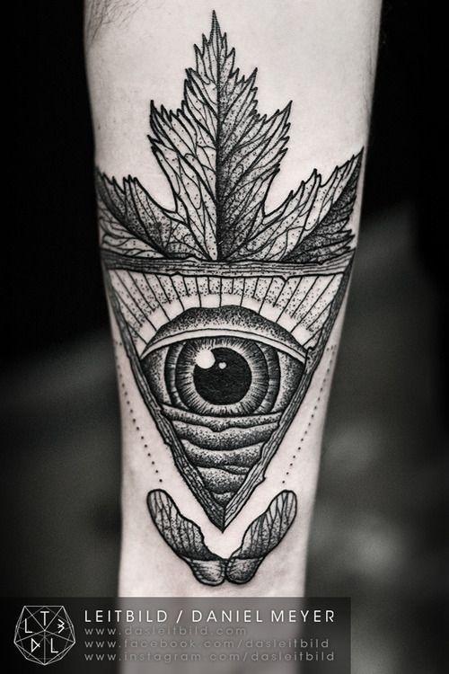 Tatuaje En El Antebrazo Ojo Misterioso Con Hoja De Arce Diseño