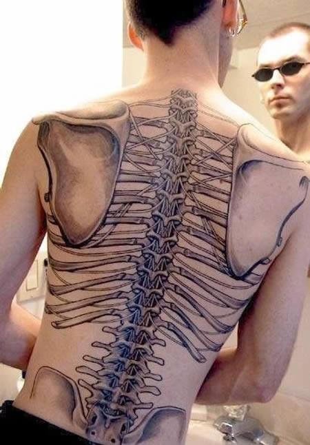 insolito disegno dipinto grande nero bianco scheletro di schiena tatuaggio su schiena