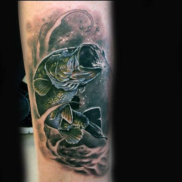 insolito dipinto colorato grande pesce carpa agganciata tatuaggio su gamba