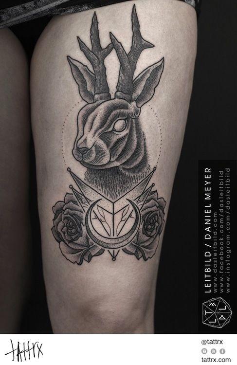 insolito stile  disegno nero e bianco cervo con simboli di culto tatuaggio su coscia