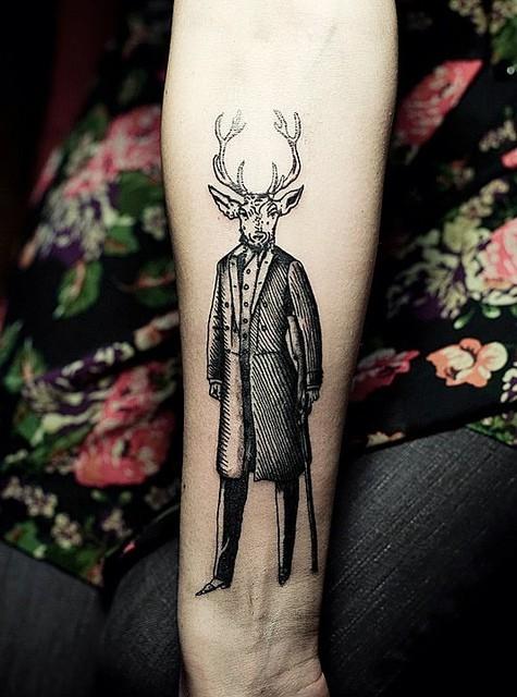 insolito stile disegno mistico meta uomo meta cervo tatuaggio su polso
