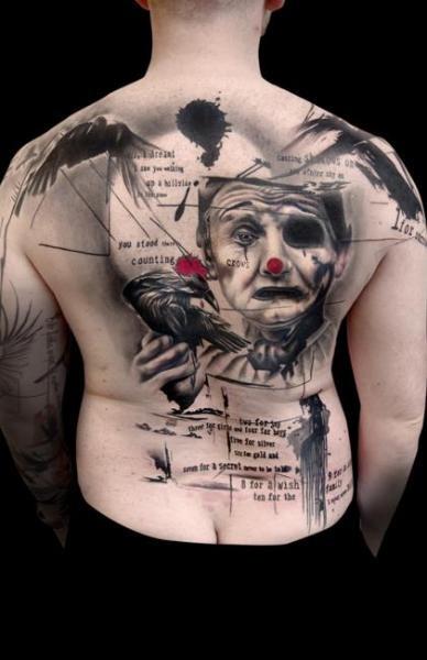 insolito stile dipinto grande colorato pagliaccio triste con lettere e uccello tatuaggio pieno di schiena