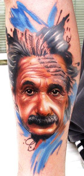 insolito stile dipinto multicolore grande ritratto di Alberto Einstein tatuaggio su braccio