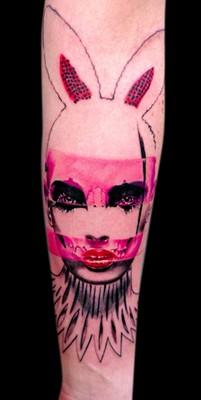 Tatuaje en el antebrazo, criatura mitad mujer mitad conejo