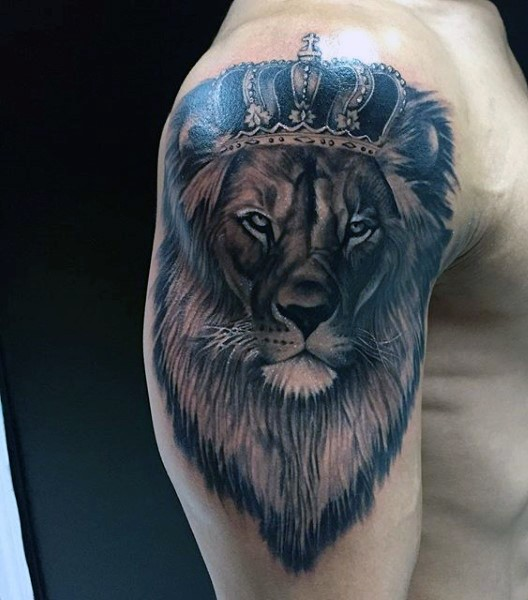 Usual black and white shoulder tattoo of lion with beautiful crown