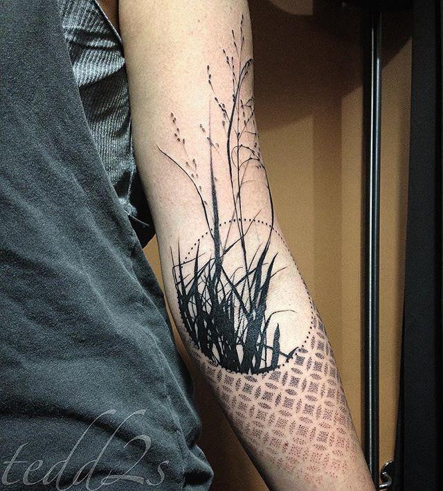 Solito tatuaggio a mezza manica con inchiostro nero di pianta scura con ornamenti a forma di cerchio
