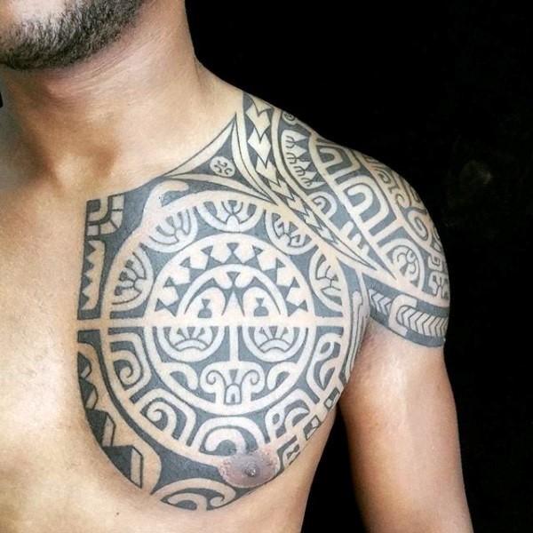 Tatuaje en el pecho,  estilo polinesio excelente