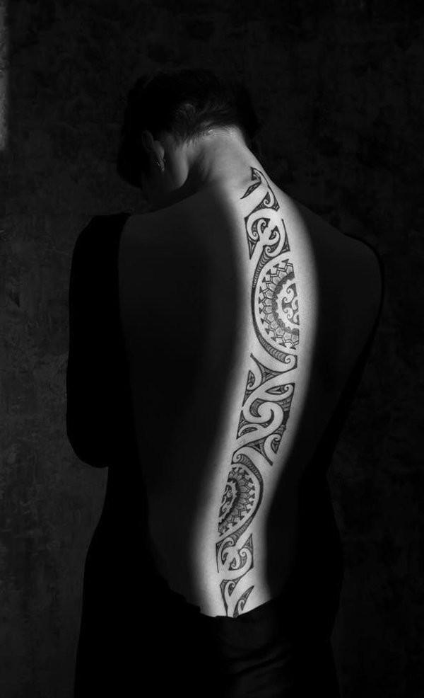 Tatuaje en la espalda, patrón tribal exclusivo, tinta negra